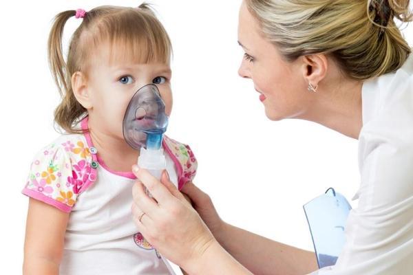 ребенку делают ингаляцию