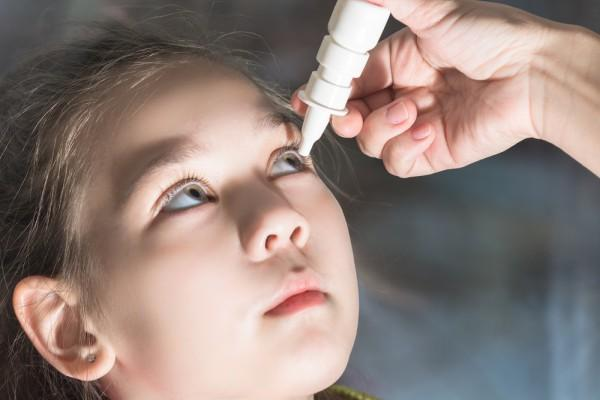 ребенку закапывают глаза
