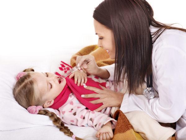мама смотрит горло ребенку