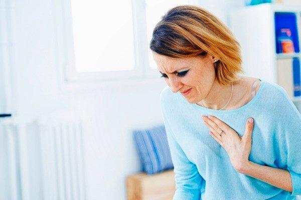 болит сердце у женщины