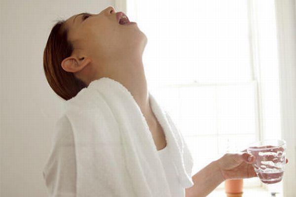 Лечение раствором соли горла и кашля