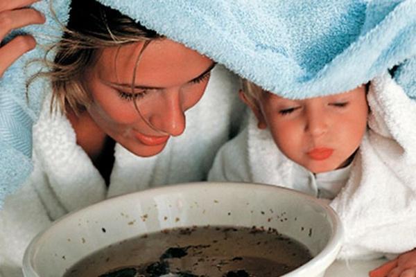мама с ребенком проводят ингаляцию