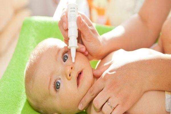 малышу закапывают нос
