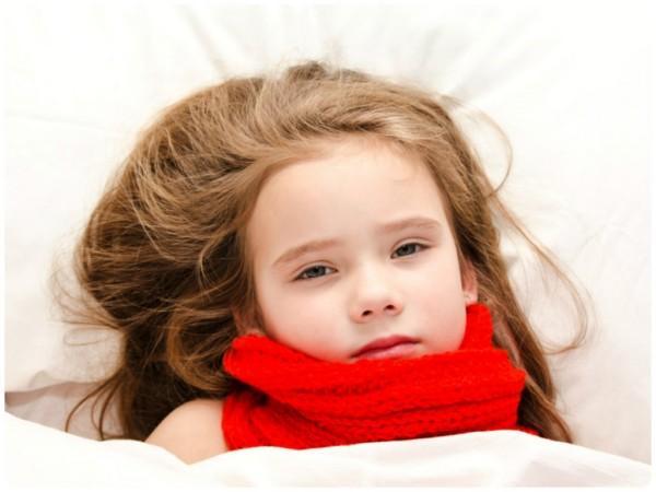 девочка с больным горлом в кровати