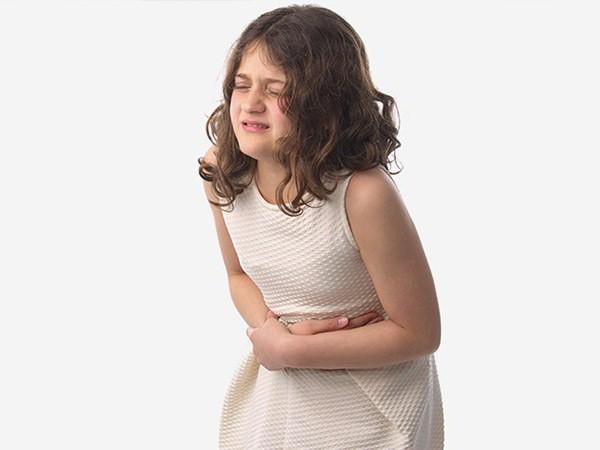 у девочки болит живот