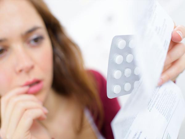 девушка с пластинкой таблеток