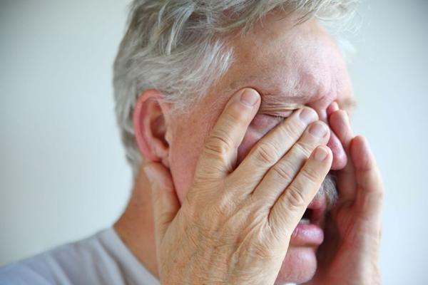 у мужчины болит нос