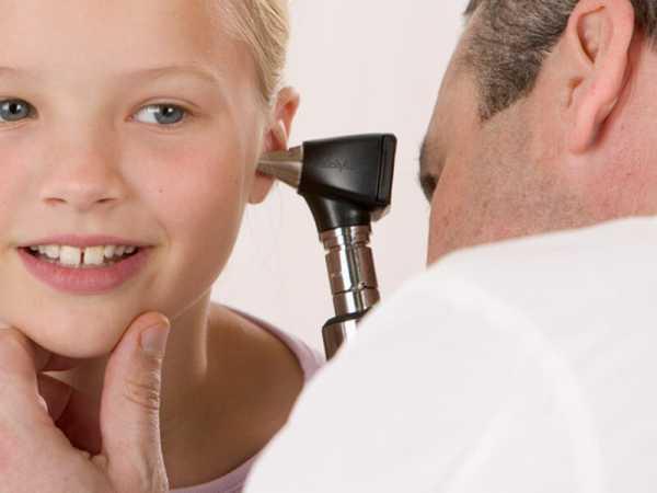 осмотр уха у ребенка