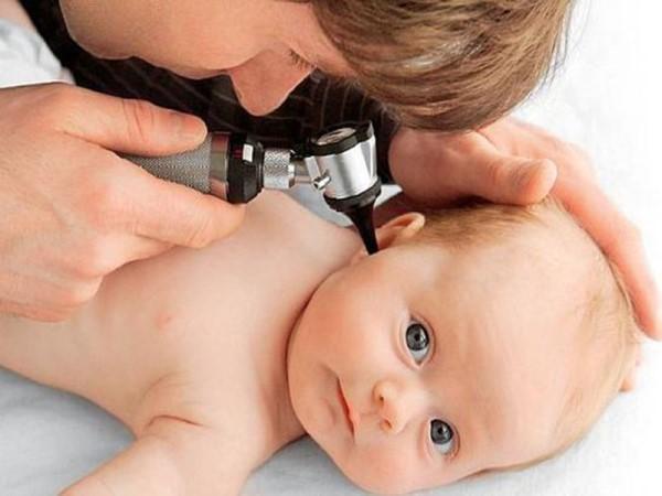 у ребенка проверяют ухо