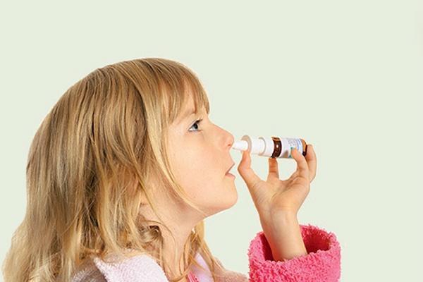 девочка закапывает нос