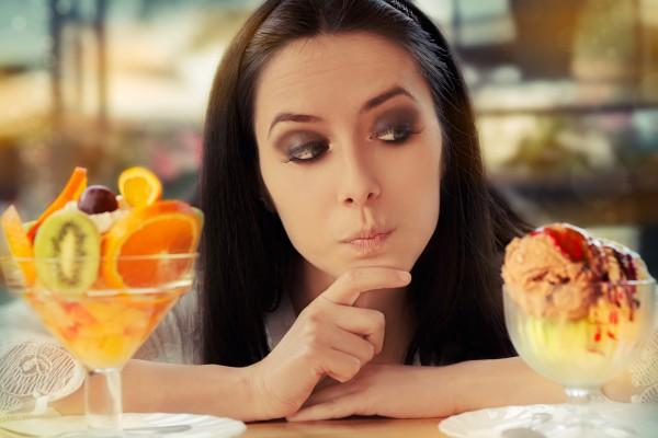 девушка выбирает мороженое