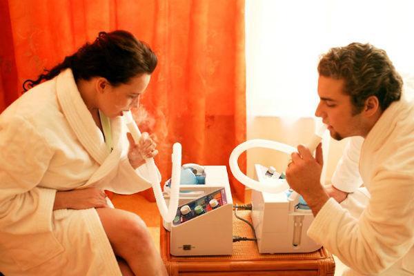 мужчина и женщина делают ингаляцию