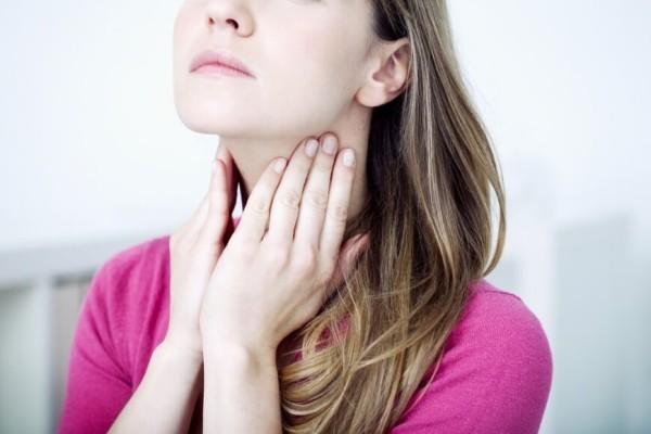 девушка трогает горло