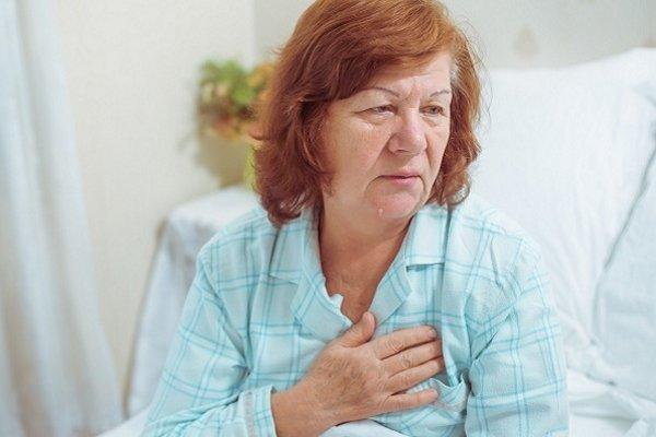 у женщины болит сердце