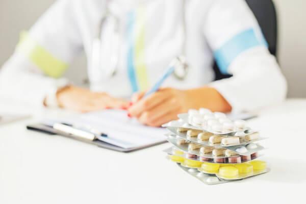 таблетки на столе у врача