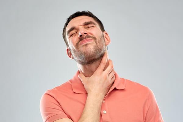 у мужчины боль в горле
