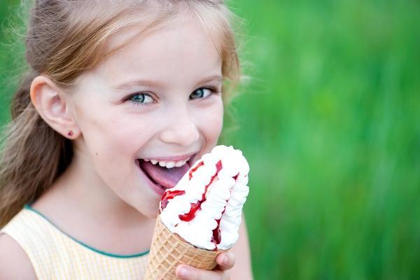 девочка кушает мороженое