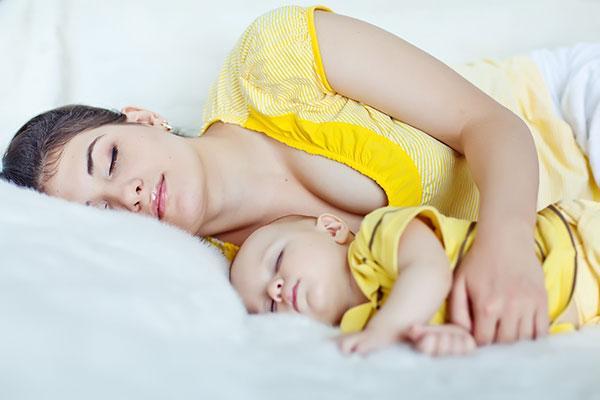 девушка с ребенком спит