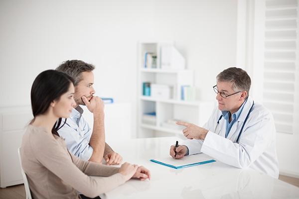 мужчина с женщиной у врача