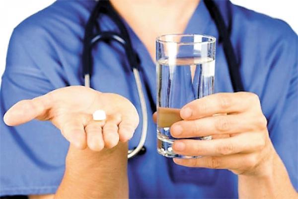 врач с таблеткой