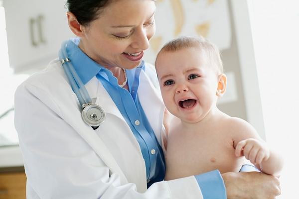 ребенок плачет у врача